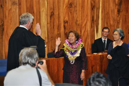 Chief Justice Mark Recktenwald swears in Judge Rhonda Loo into the 2nd Circuit Court in Council Chambers