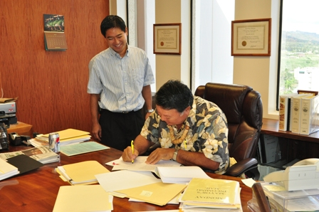 Mayor Arakawa signs the Plastic Bag Reduction Ordinance into Law